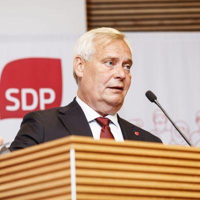 Antti Rinne i talstolen.
