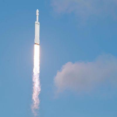Världens kraftigaste bärraket, Falcon Heavy, skjuts upp.