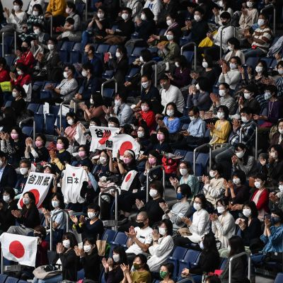 Japansk publik på en tävling i redskapsgymnastik.
