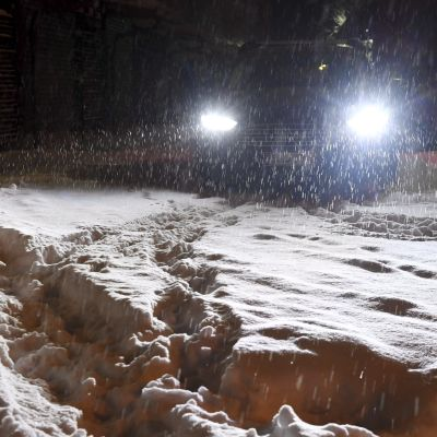Bil åker i snö