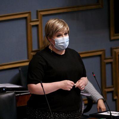 Valtiovarainministeri Annika Saarikko (kesk.) eduskunnan suullisella kyselytunnilla