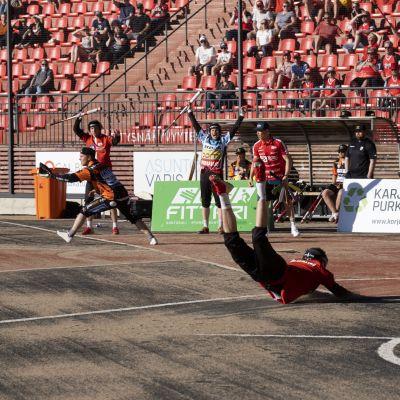Joensuun Mailan Konsta Piiroinen syöksyy kotipesään miesten Superpesiksen ottelussa Joensuun Maila vs. Haminan Palloilijat Joensuussa 2. kesäkuuta 2021.
