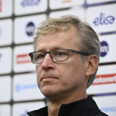 Valmentaja Markku Kanerva Suomen miesten jalkapallomaajoukkueen Huuhkajien tiedotustilaisuudessa Helsingissä 3. kesäkuuta 2021.