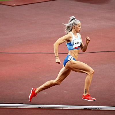 Sara Kuivisto juoksee.