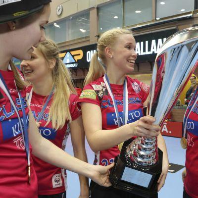 Classic-kapteeni Nina Rantala sai pelin jälkeen kunnian nostella voittopokaalia.