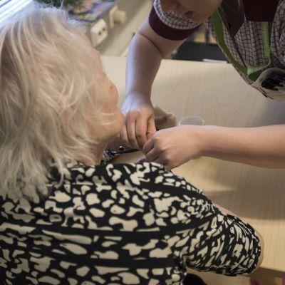 Äldre människa får vård.