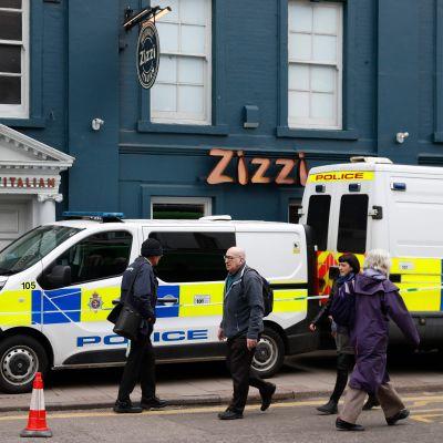 Fotgängare i Salisbury passerade den avspärrade italienska restaurangen Zizzi i fredags. Det är där Sergej Skripal och hans dotter misstänks ha förgiftats.