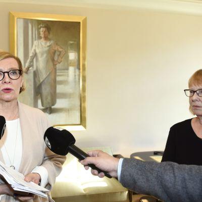 Riksdagens talman Paula Risikko (Saml)  och Grundlagsutskottets ordförande Annika Lapintie (Vf)