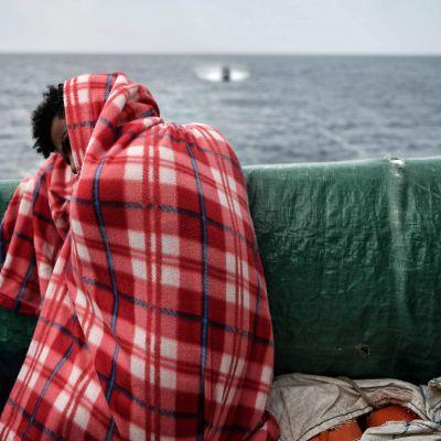 Trött person på flyktingfartyget Aquarius