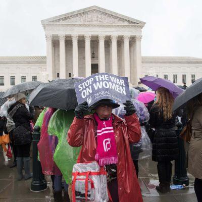 Abortförespråkare demonstrerar den 20 mars 2018 utanför Högsta domstolen i Washington