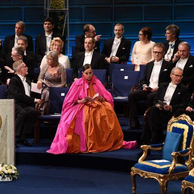 Sara Danius färgstarka klänning drog blickarna till sig då hon satt på scenen under Nobelgalan tillsammans med de andra medlemmarna i Nobelstiftelsen.