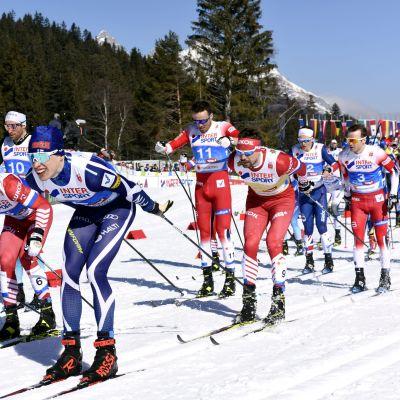 Iivo Niskanen i starten av herrarnas skiathlontävling i Seefeld.