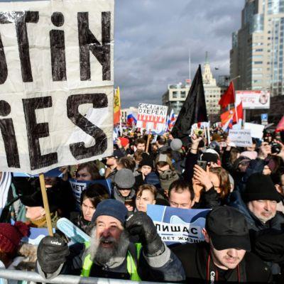 """Protester, med krav på internetfrihet. Moskva 10.3.2019. Skyltar med texten"""" Putin ljuger""""."""