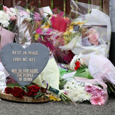 Blomsterhyllning till minnet av den mördade journalisten Lyra McKee i Nordirland.