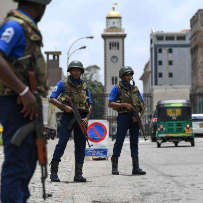 Soldater bevakar en gata i Colombo 25.4.2019
