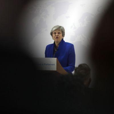 Theresa May försvarar sitt brexit-förslag i London på tisdagen