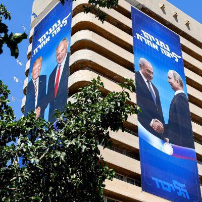 """""""Netanyahu - i en klass för sig"""". Ungefär så lyder texten på de gigantiska valaffischerna där Netanyahu ses skaka hand med Donald Trump och Vladimir Putin."""