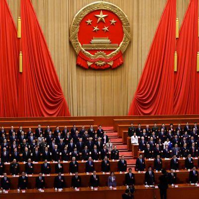 Delegaterna sjunger nationalspången vid den kinesiska folkkongressen 15.3.2019