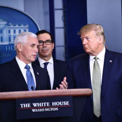 USA:s president Donald Trump och vicepresident Mike Pence under en presskonferens om coronaläget i USA