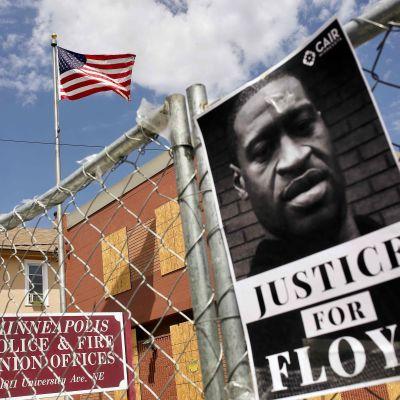 George Floydin valokuva julisteessa Yhdysvaltain Minneapolisissa.