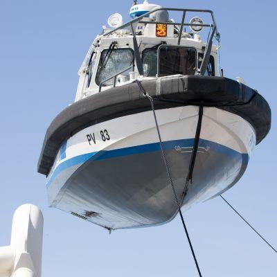 Bärgning av grundstött patrullbåt, sjöbevakningen