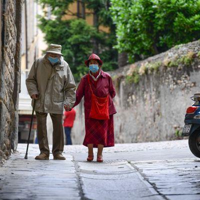 Äldre par med munskydd i Bergamo, Italien 10.6.2020