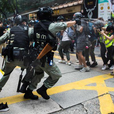 Kravallpolis använder pepparspray mot en journalist i Hongkong 1.7.2020