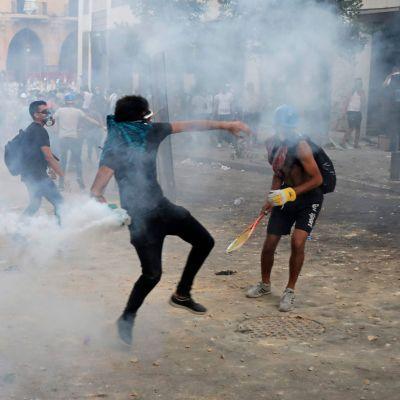 Demonstranter i närheten av parlamentsbyggnaden i Beirut.