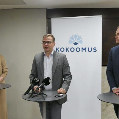 Paula Risikko, Petteri Orpo och Kai Mykkänen på Samlingspartiets riksdagsgrupps möte.