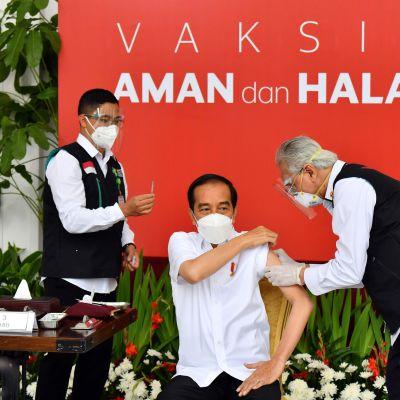 Indonesiens president Joko Widodo vaccineras mot covid-19 den 13 januari 2021.