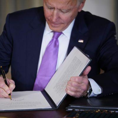 Joe Biden undertecknar presidentdekret på tisdagen 26 januari 2021.