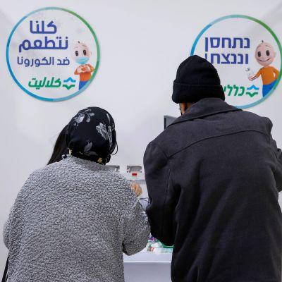 Två israeler i en vaccineringskö 4.1.2021