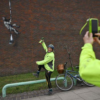 Taiteilija Banksyn teos ilmestyi vankilan muuriin Readingissa, Englannissa