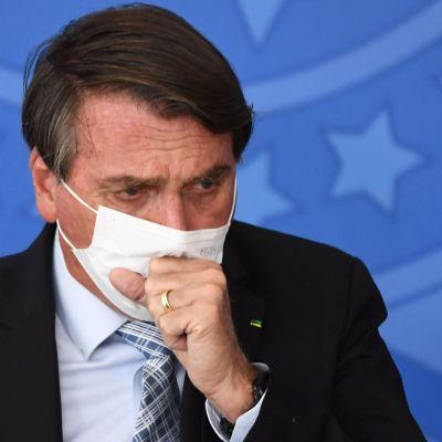 Jair Bolsonaro hostar i samband med ett besked om inköp av vaccin. Brasilia 10.3.2021