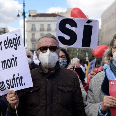 """""""Att kunna välja att dö utan att lida"""", står det på en skylt inför omröstning om eutanasi i Spanien"""