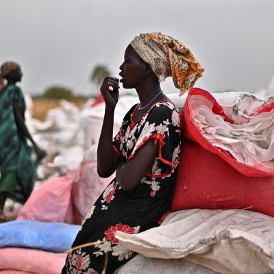 Kvinnor i Ayod, Sydsudan tar emot WFP:s livsmedelshjälp.