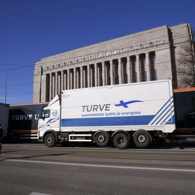 Torvdemonstration, lastbilar utanför riksdagen.