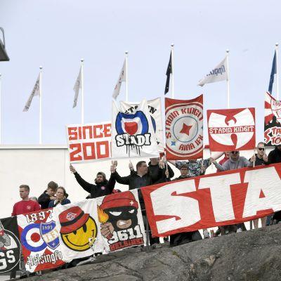 HIFK:s supportrar följde matchen utanför stadion.