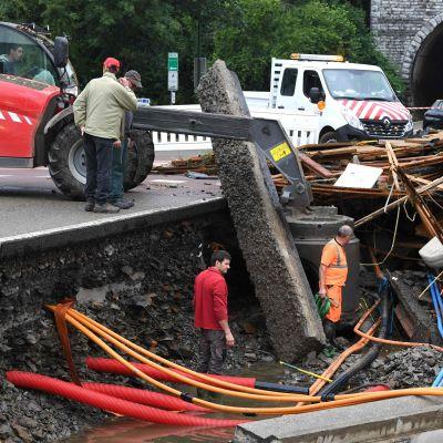Vägarna i den belgiska staden Rochefort har tagit stor skada till följd av översvämningarna.