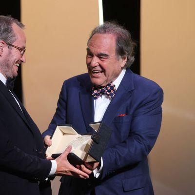 Elokuvaohjaaja Oliver Stone ojentaa suomalaisohjaaja Juho Kuosmaselle Cannesin elokuvajuhlien Grand Prix -palkinnon.