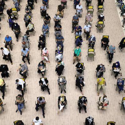 Iranier väntar på att bli vaccinerade i Teheran.
