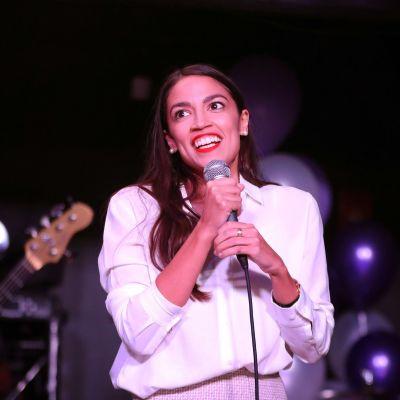 Alexandria Ocasio-Cortez på segerfest efter mellanårsvalet 2018.