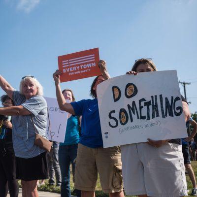 Demonstranter protester mot president Donald Trumps besök i Dayton, Ohio.