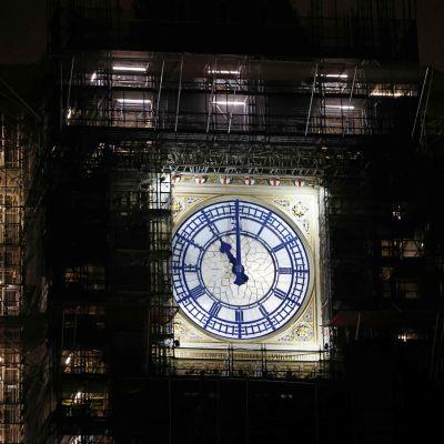 Visarna på klockan Big Ben visar på elva.