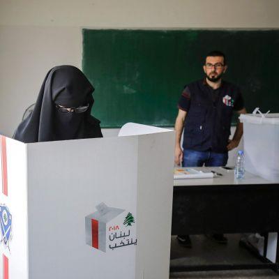 Kvinnor röstar i parlamentsvalet i Libanon