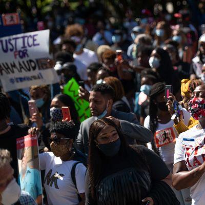 Mielenosoitus Yhdysvalloissa surmatun mustan lenkkeilijän puolesta.