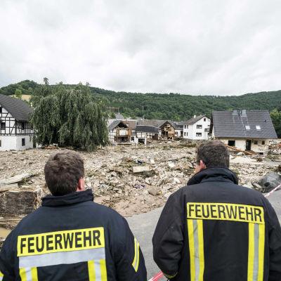 Palomiehet katsovat tulvan tuhoamaa aluetta.