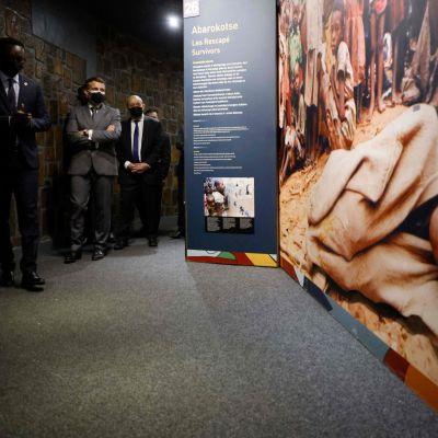 Ranskan presidentti Emmanuel Macron Kigali Genocide Memorial -keskuksessa.