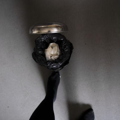 Käytettyjä kertakäyttönenäliinoja poljinroskiksessa.