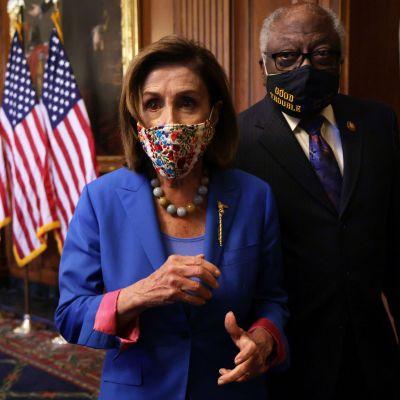 Nancy Pelosi och James Clyburn poserar i kongressen.